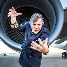 Брюс Дикинсон рассказал что помогло создать ему собственный авиационный бизнес